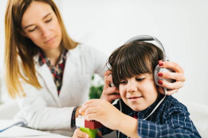 Audiolog dziecięcy – kim jest, czym sięzajmuje i kiedy należy się do niego wybrać?